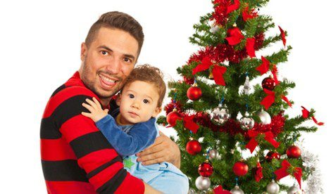 Padre e hijo celebrando la Navidad