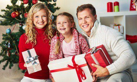 Familia posando con sus regalos de Navidad
